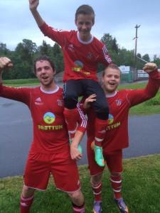 Dagens tre målscorere. 15-åringen Steffen Skutbergsveen bæres på gullstol av mer rutinerte Vebjørn Evensen og Andreas Årseth