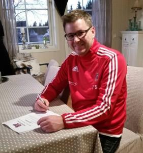 Tom Sveadalen undertegner kontrakten som gjør han til trener for A-laget i 2016